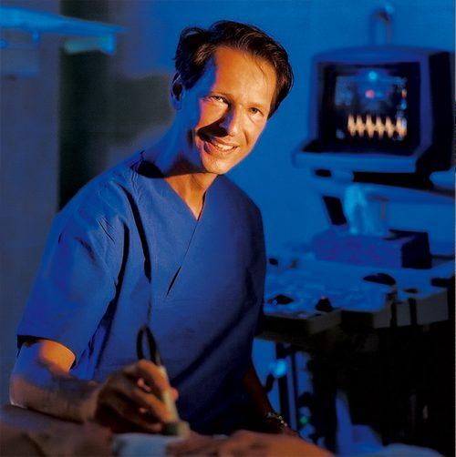Dr. Hillejan beim Ultraschall