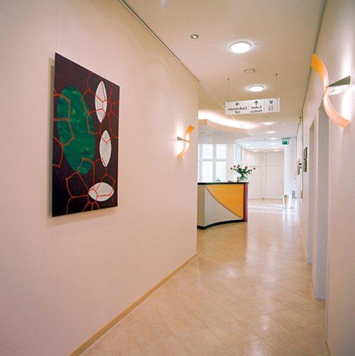 Modern gestalteter Empfangsbereich der Praxisklinik in Hannover