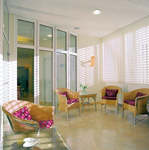 Wartezimmer der Praxisklinik in Hannover mit gemütlichen Korbstühlen