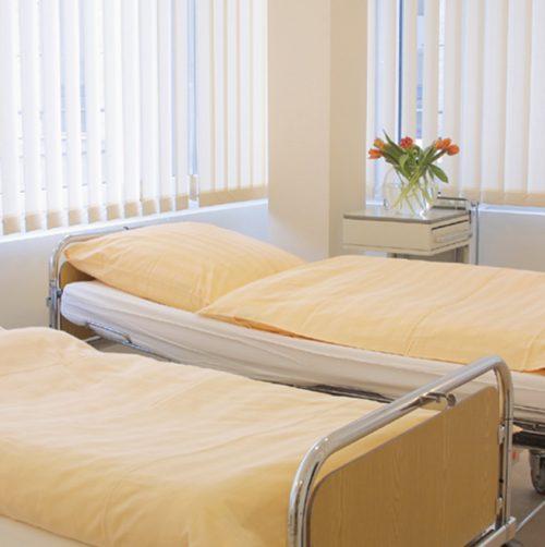 Betten in den Ruheräumen der Praxisklinik in Hannover